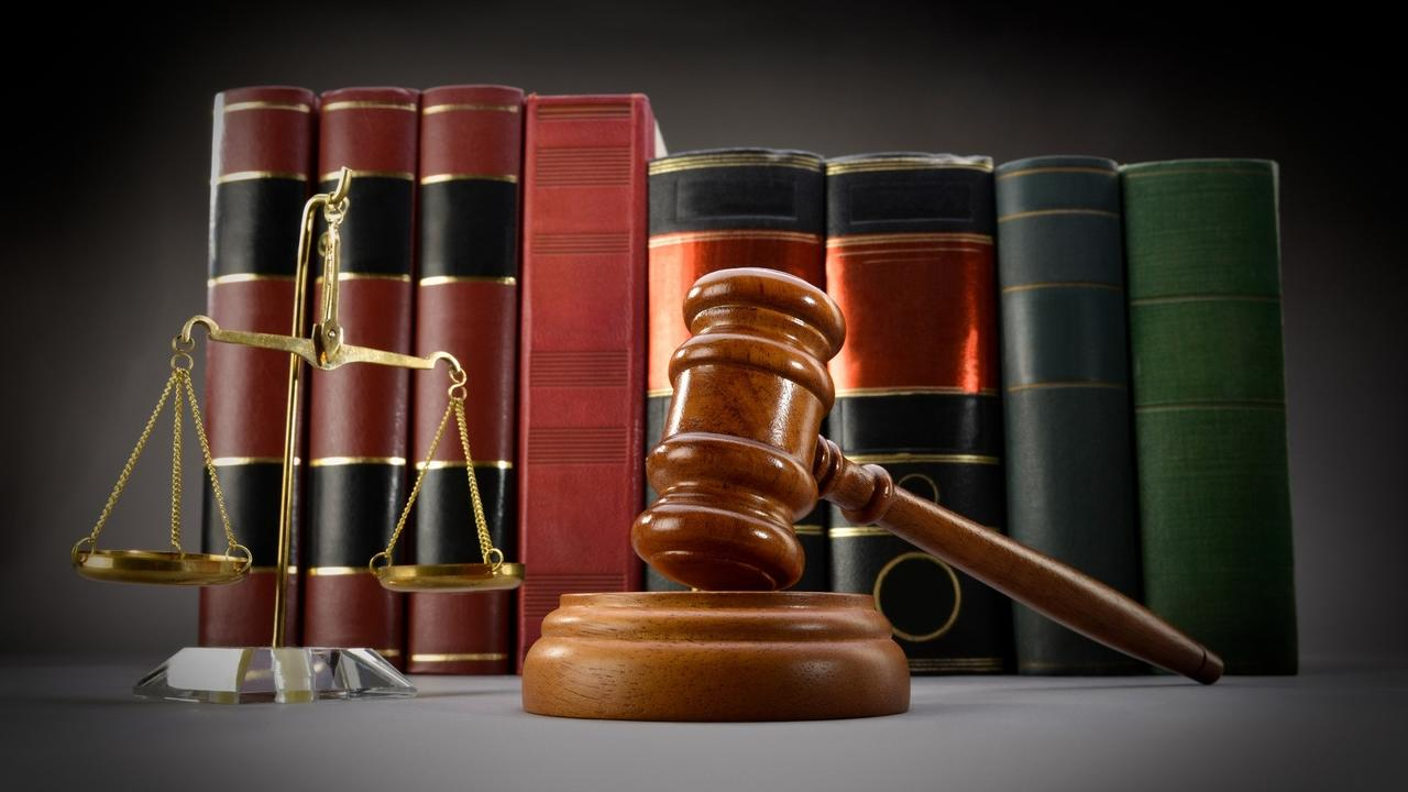 Fcdmydqltdqxgikfegy8 law books and gavel