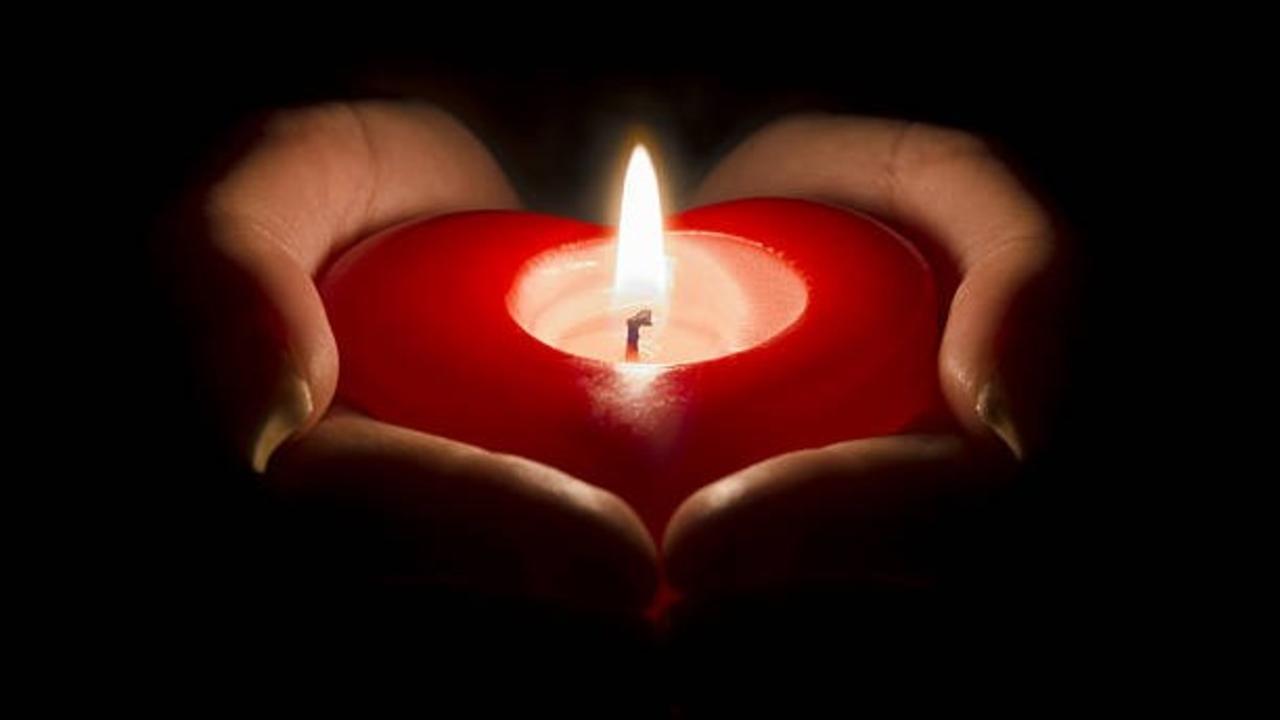 6jfpqnaatbmzzu56w2zc heart in hand candle