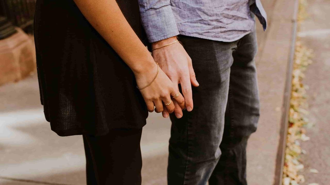 getrouwd stel houd handen vast
