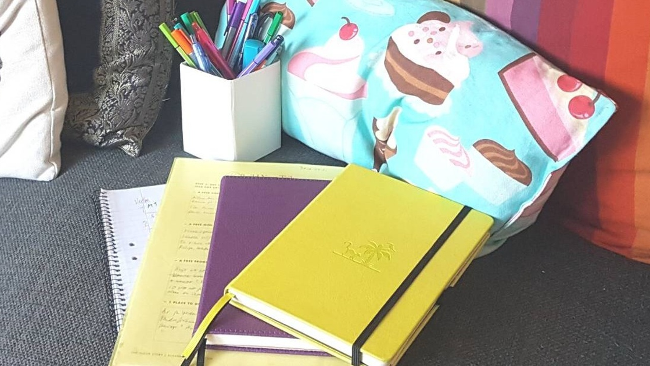 Skrivböcker, block, pennor.