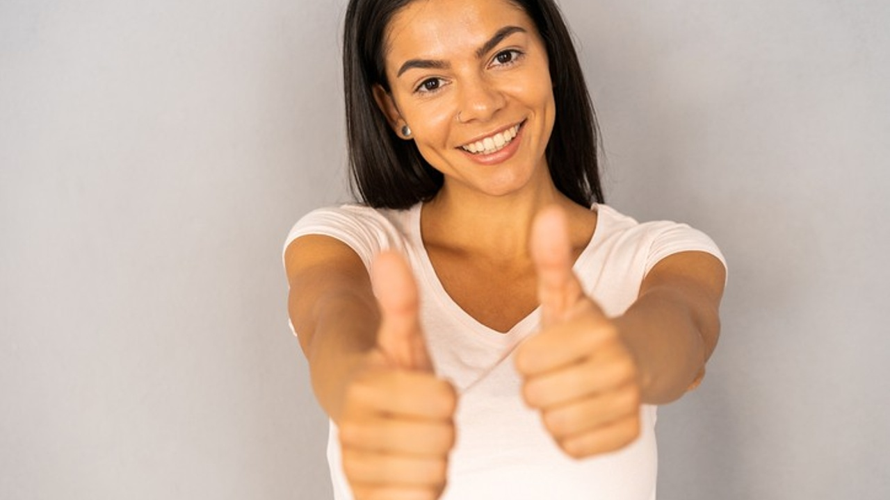 woman holding thumbs up