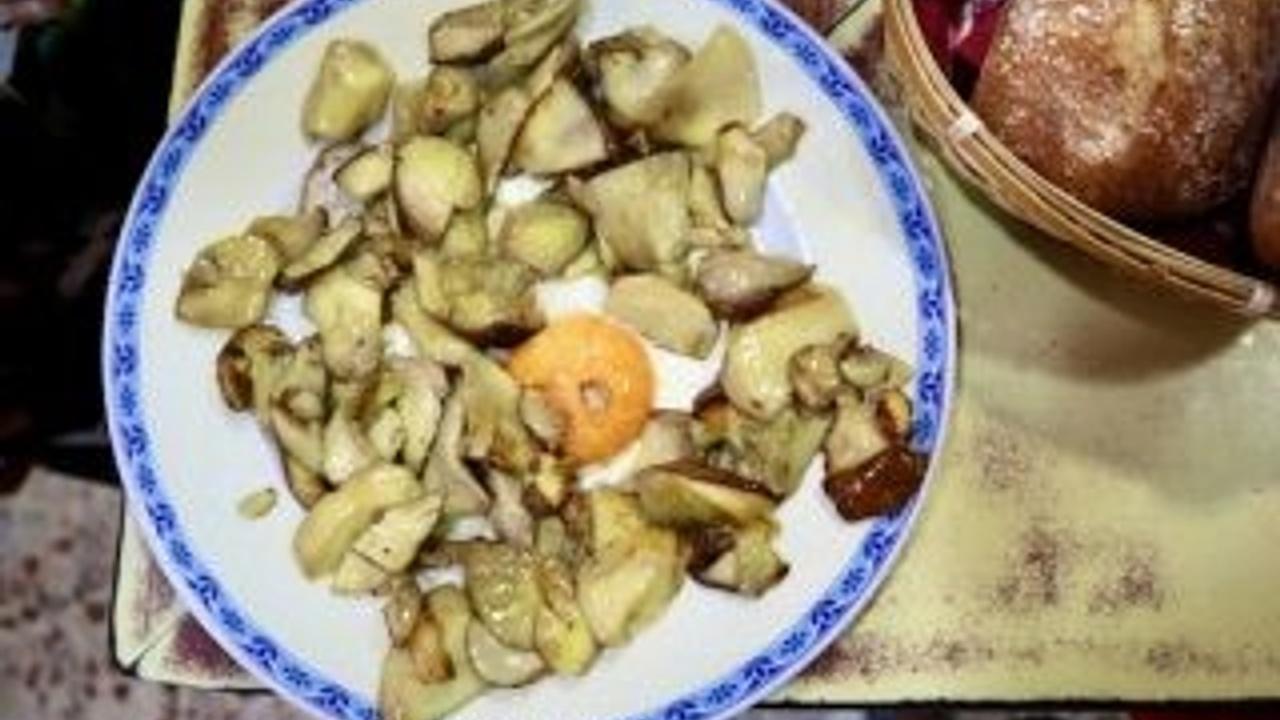 Mushrooms and egg yolk tapa