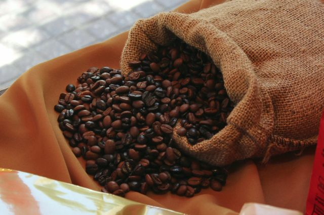 Mezcla coffee beans – a mix of torrefacto beans (the jet black ones) and natural beans (the brown ones).