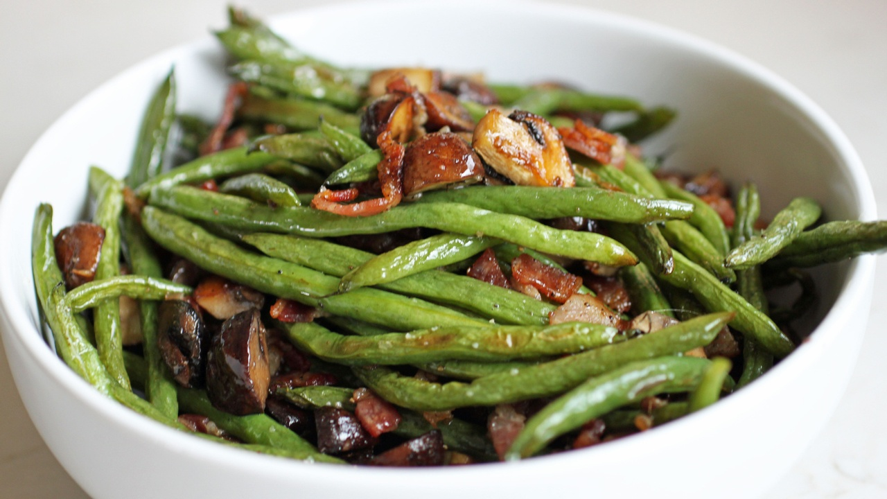 Roasted Green Beans with Mushrooms and Bacon