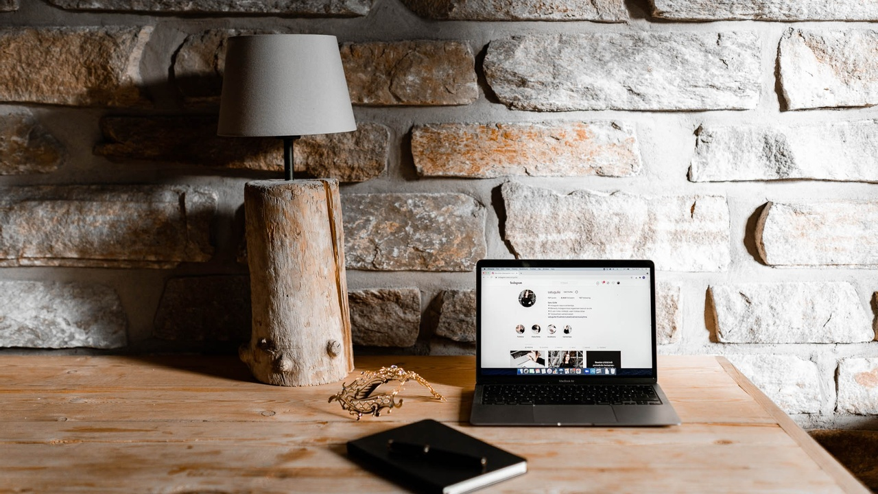 Tietokone pöydällä Instagram näytöllä