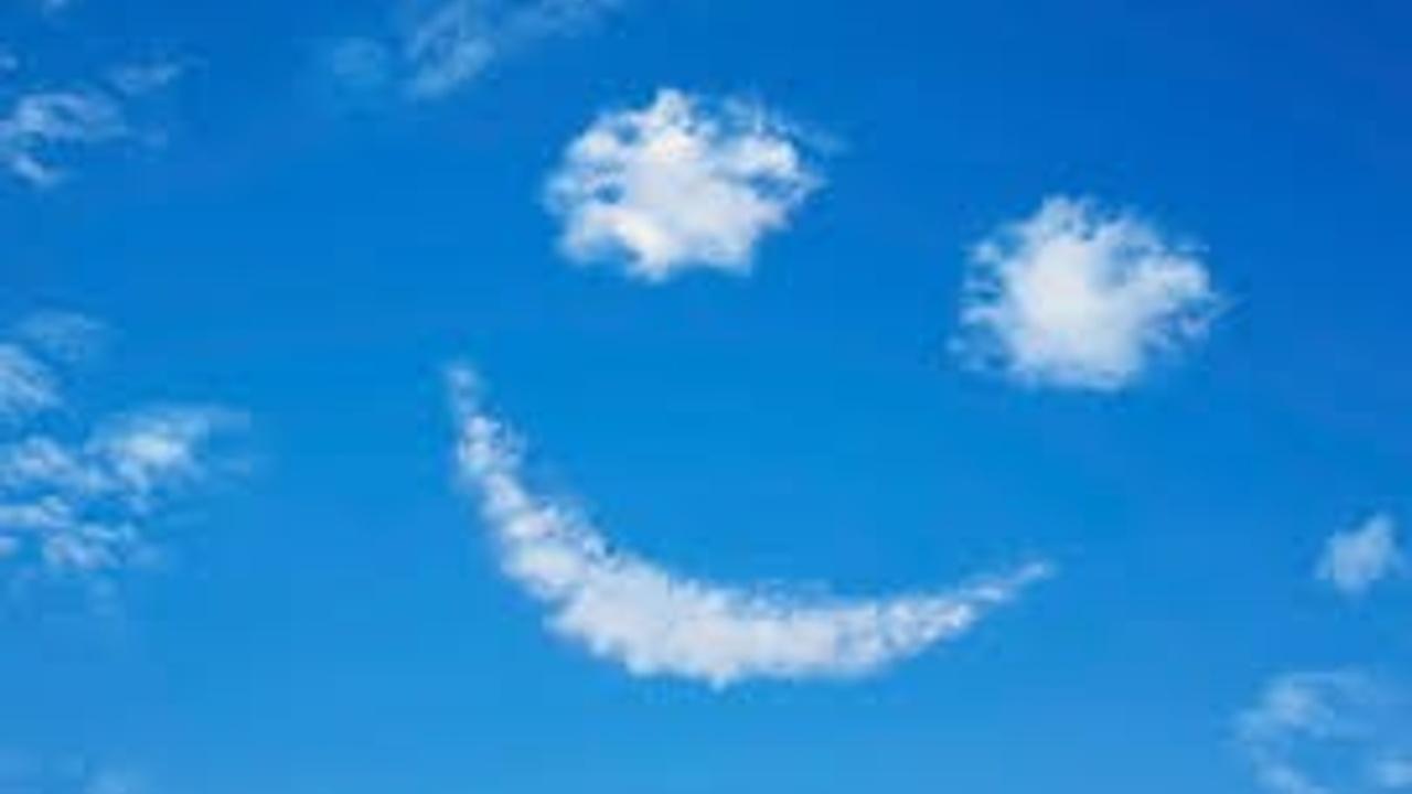Ciel avec des nuages formant un bonhomme sourire