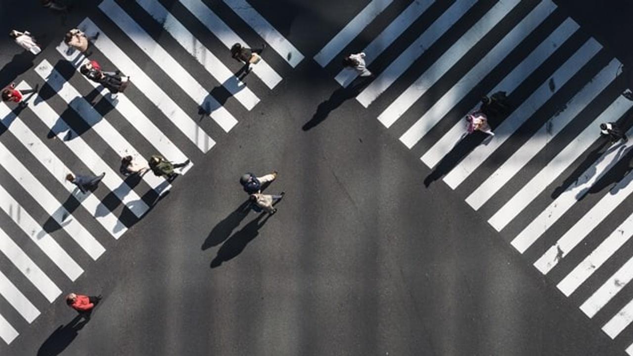 Mensen op kruispunt