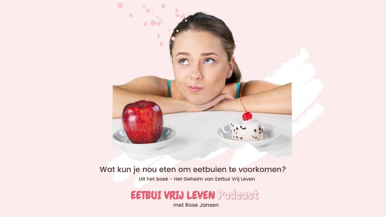Foto van vrouw met een appel en een taart en titel tekst van de 'Eetbui Vrij Leven Podcast': 'Wat kun je nou eten om eetbuien te voorkomen?'