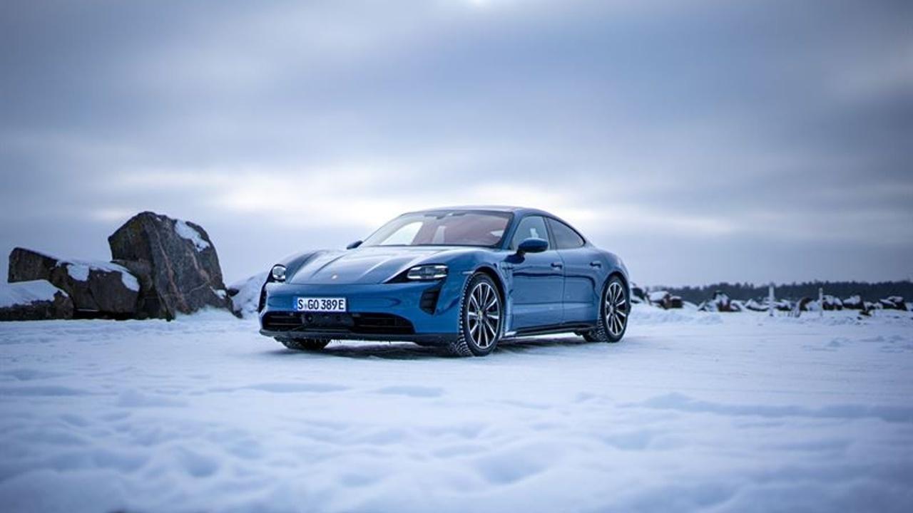"""Vuoden 2021 talvivertailun voitto kuitattiin saatesanoilla """"Porsche osoittaa, että käyttövoimasta riippumatta on mahdollista tehdä erinomainen talviauto""""."""