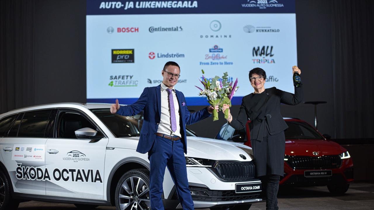 Palkitsemiskuvassa ovat Škoda Octavian lisäksi Škoda-maahantuojan Helkama-Auto Oy:n viestintäpäällikkö Kari Aalo ja toimitusjohtaja Maija Koskela.