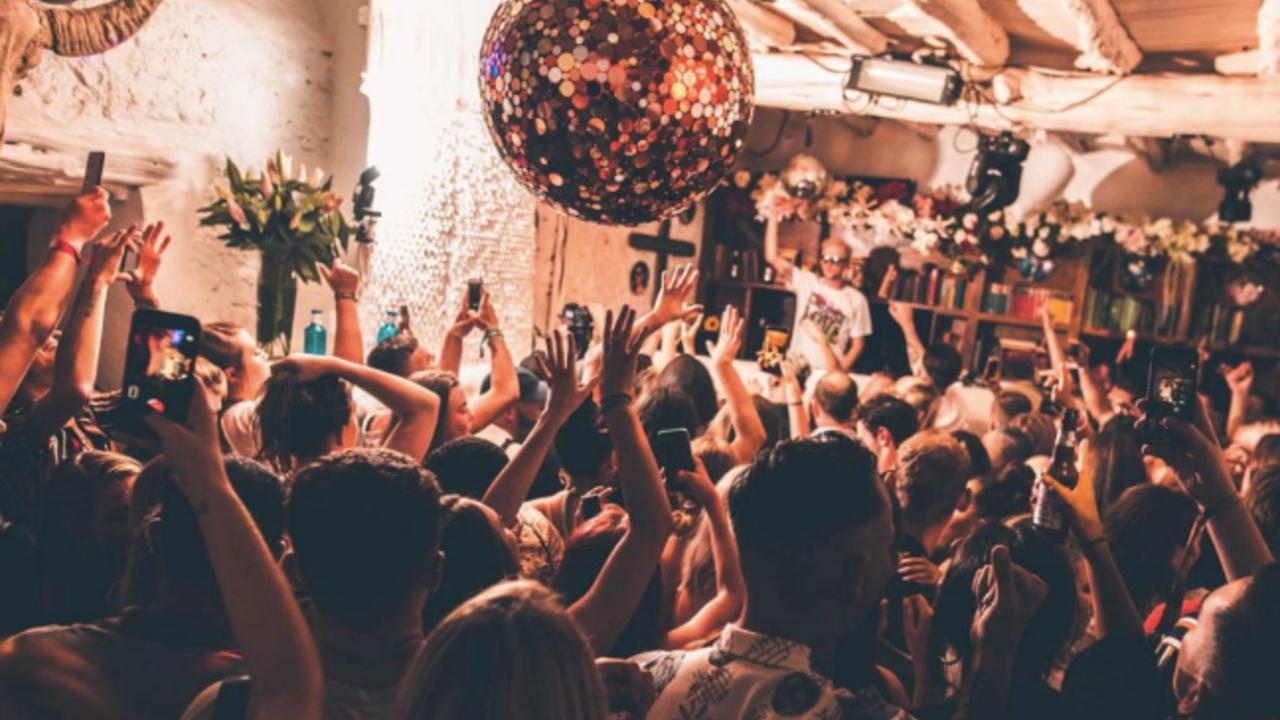 Ondra Vodný hraje v Pikes Ibiza