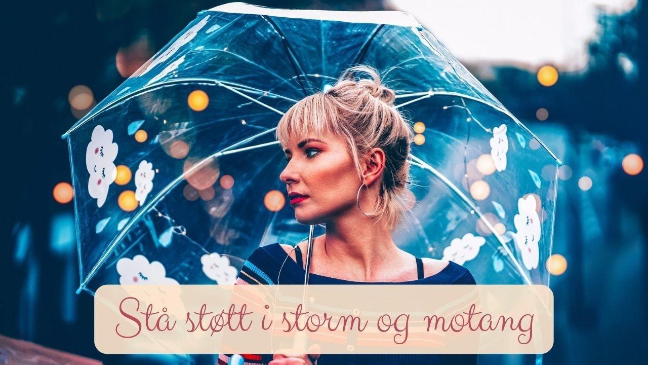 Dame (kvinne) med røde lepper og gjennomsiktig paraply. Bokeh bakgrunn.