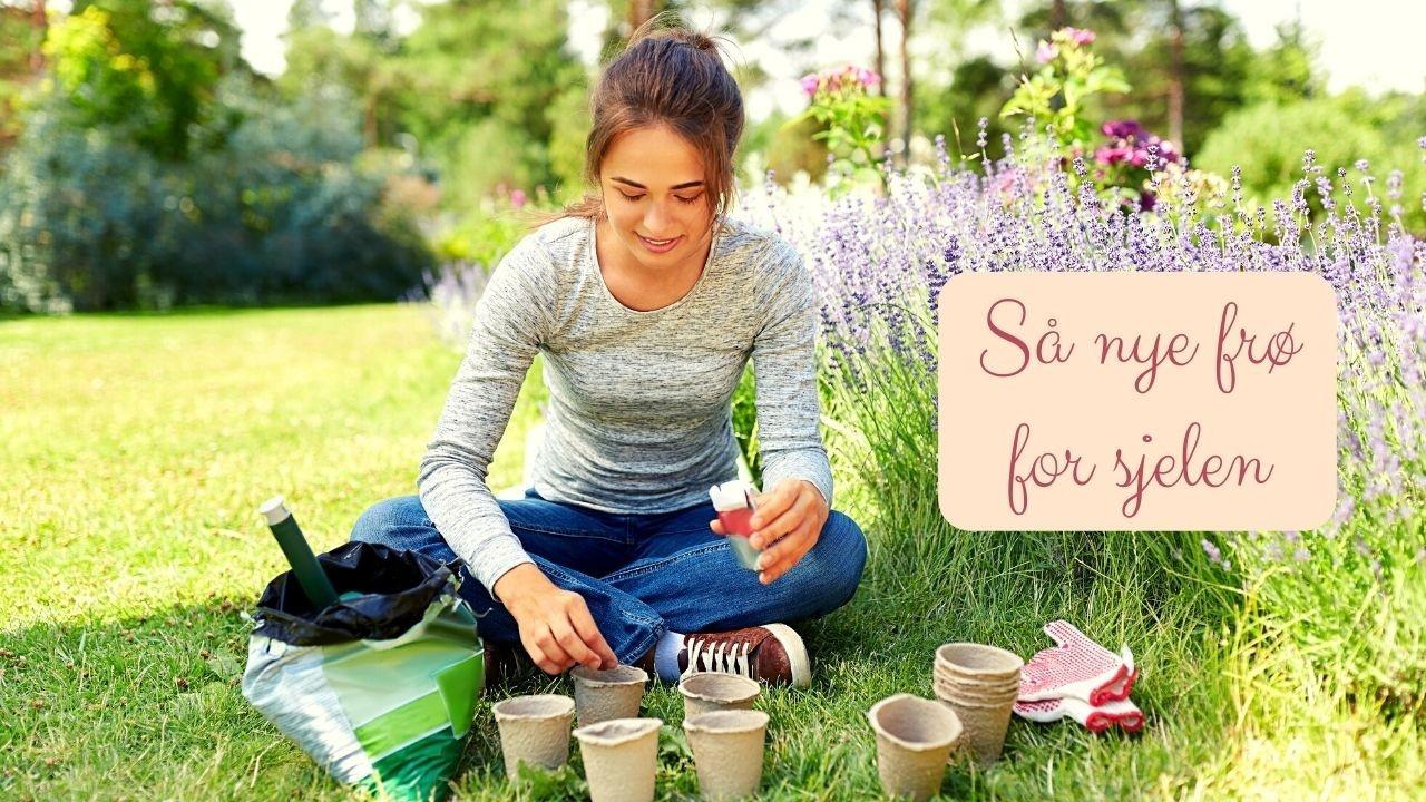 Dame som sitter på gresset ute i solen og sør nye frø en vårdag