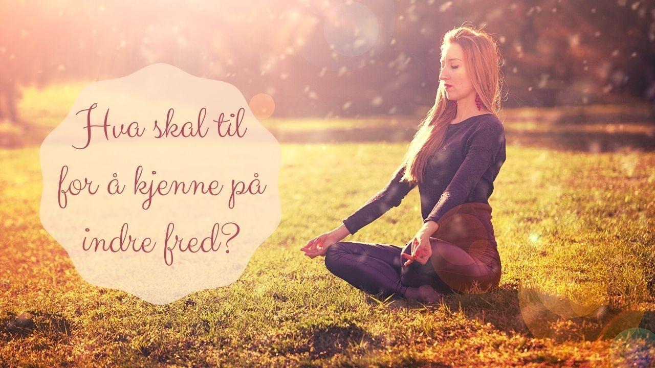 En dame (kvinne) som mediterer i naturen. Hun er fylt med indre fred og ro ser det ut til.