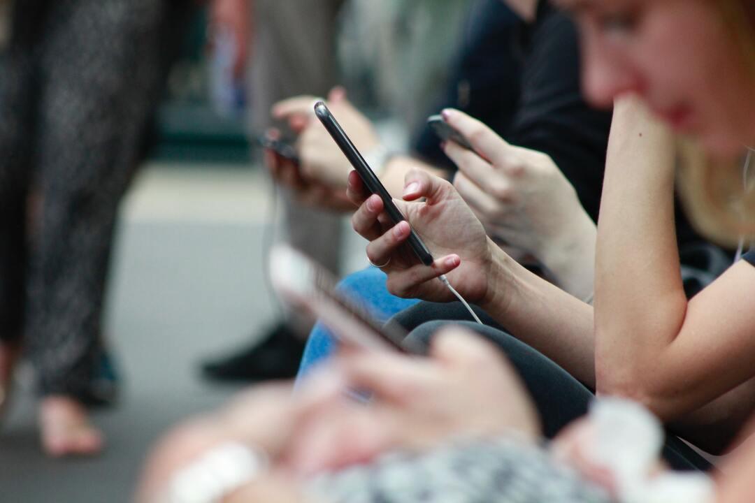Personas con sus teléfonos celulares