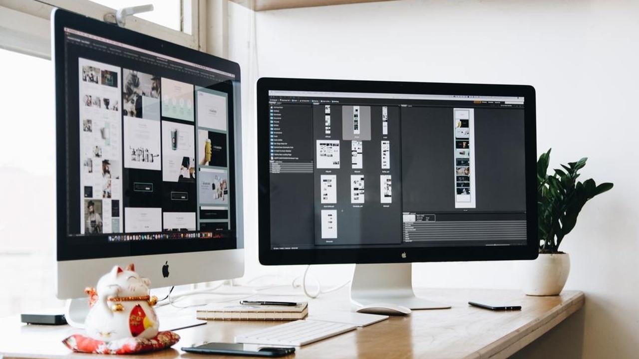 dos computadoras mostrando imagenes