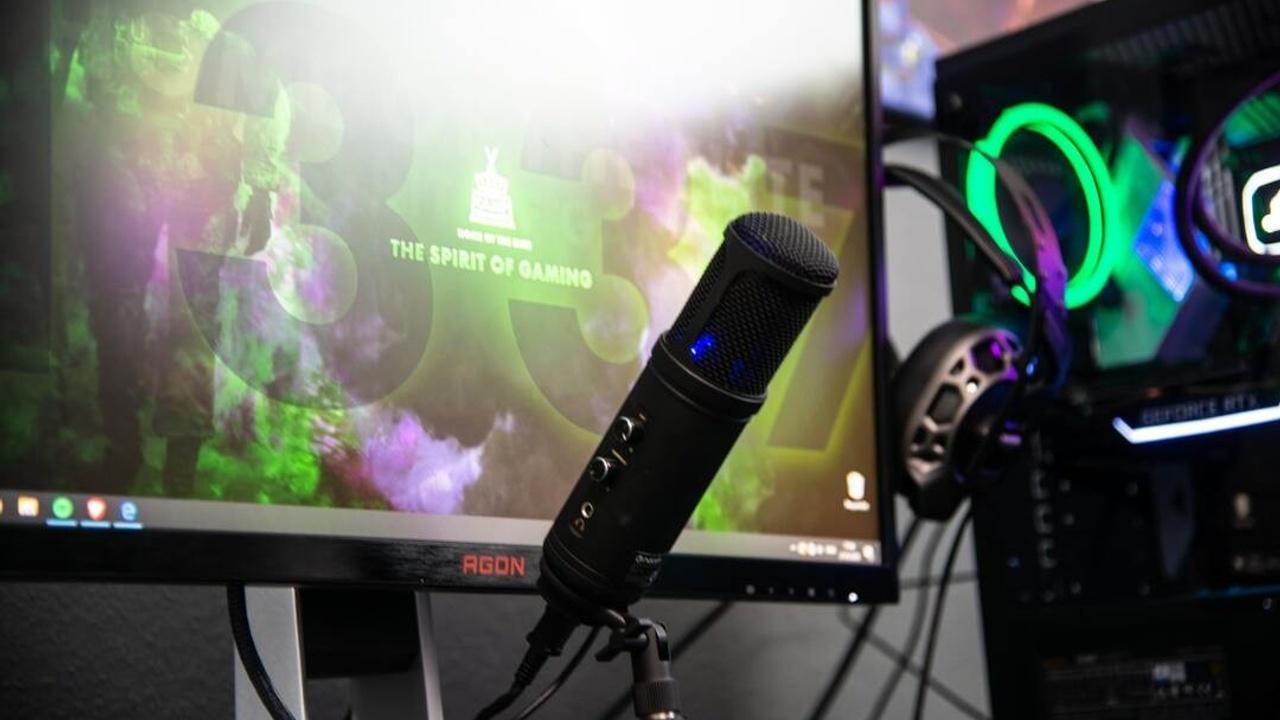 Micrófono y computadora listos para hacer streaming