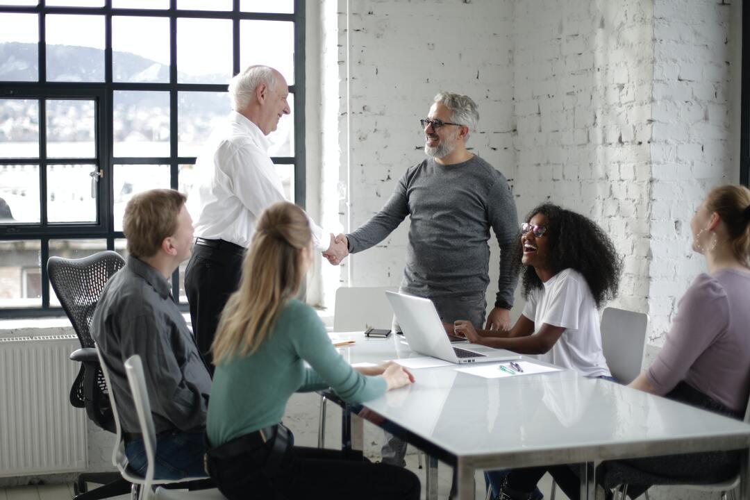 grupo-de-personas-en-una-oficina