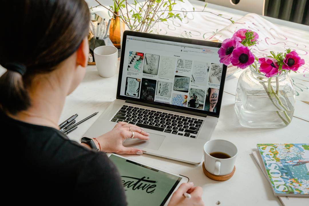 mujer-buscando-diseños-en-su-computadora