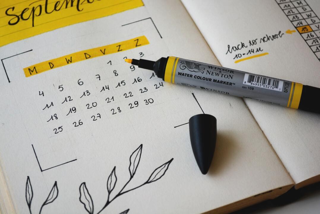 Planificador abierto con un calendario