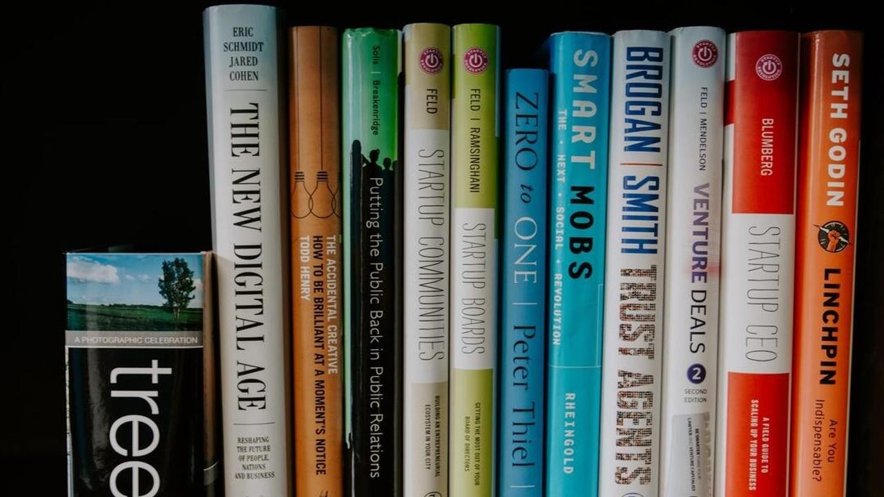 libros de marketing apilados en una estantería
