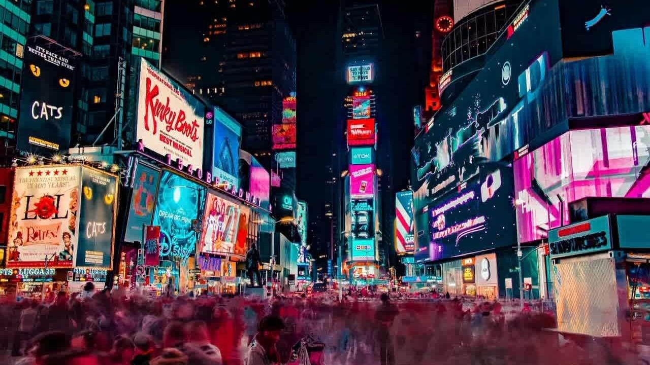 Times square de noche con los anuncios publicitarios