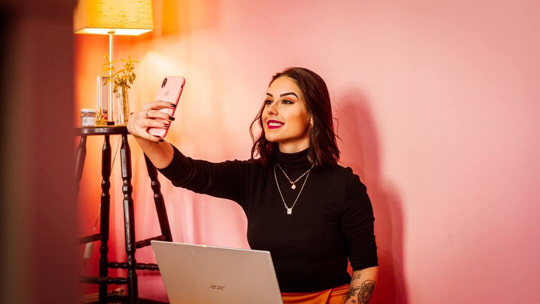 Influencer sacando una selfie con tu teléfono