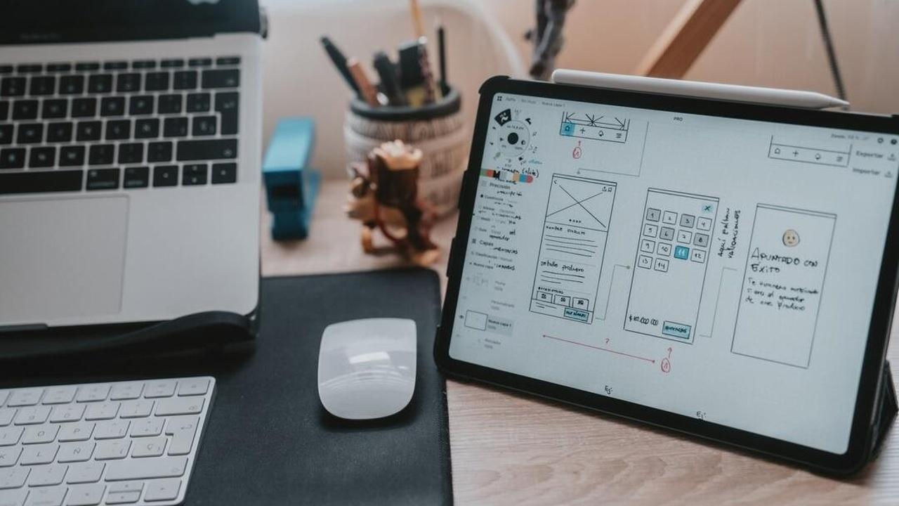 Tablet con wireframe para crear página web para negocio