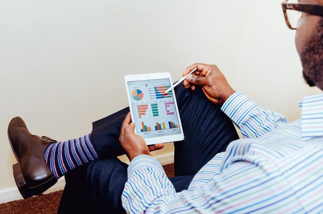 Hombre con su planificación en una tableta