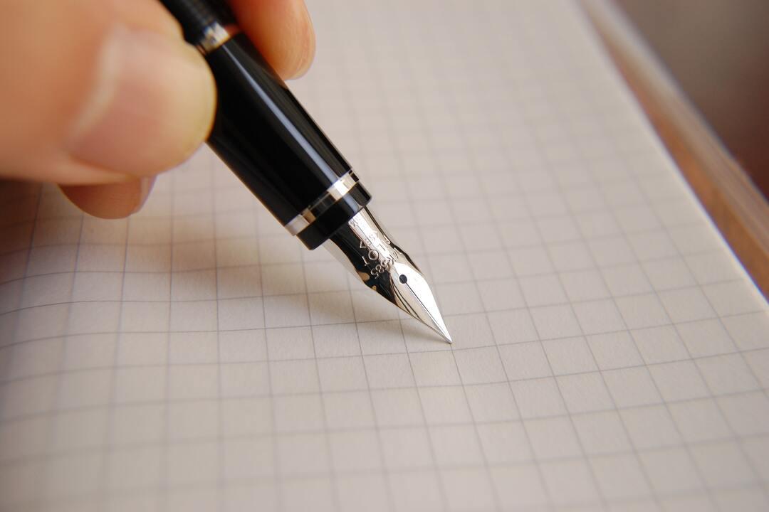 escribiendo-en-una-hoja-de-papel