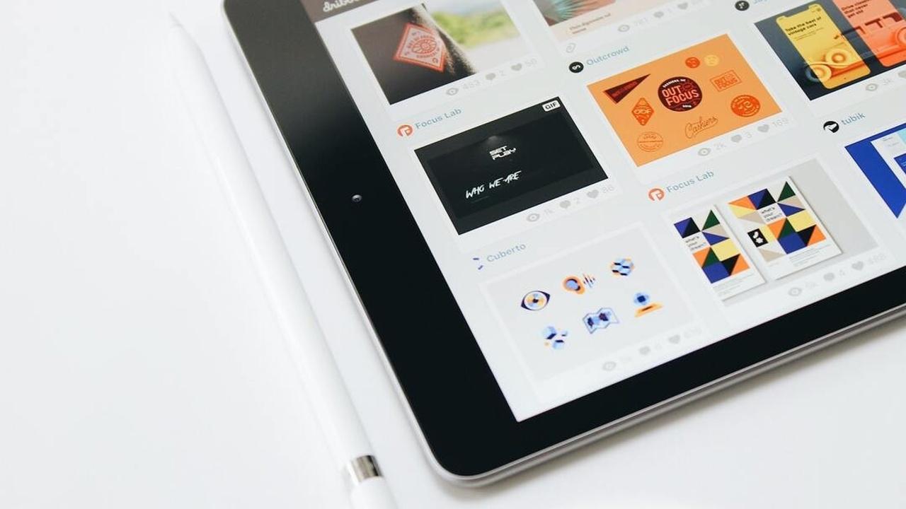 Tablet mostrando diferentes imágenes de marcas