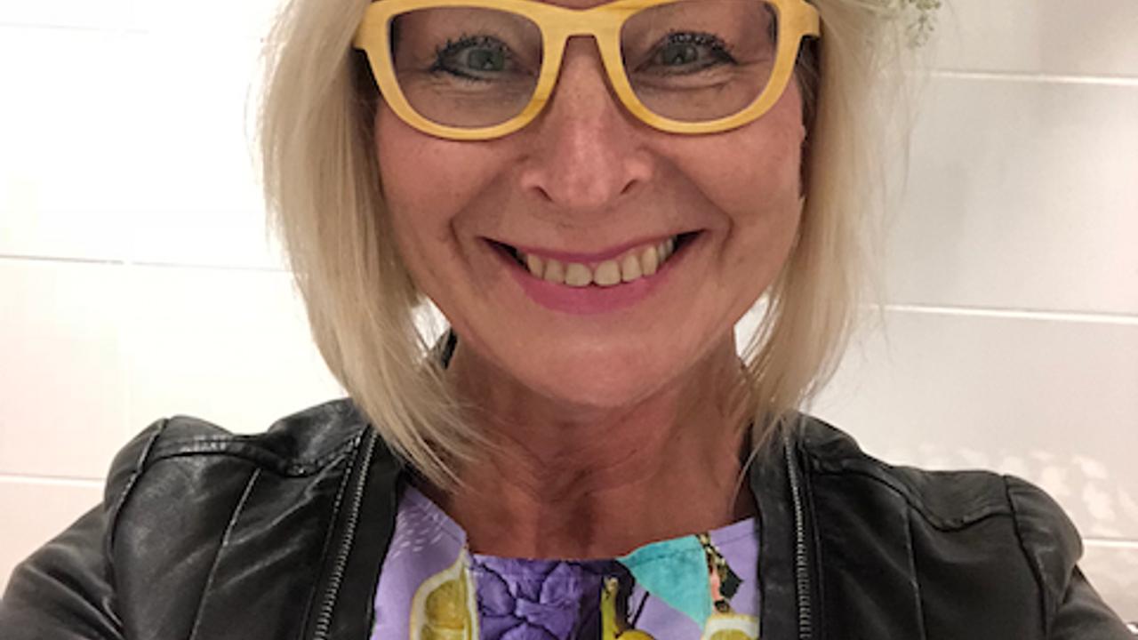 Marja Nousiainen vaatepuusta lainatussa Uhana Designin silkkimekossa.
