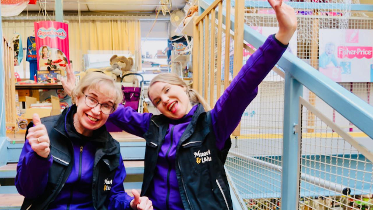 Yrittäjä Päivi Linnapuomi ja Ester Linnapuomi iloitsevat Keravan Muovi ja Lelun myymälän rappusilla istuen.