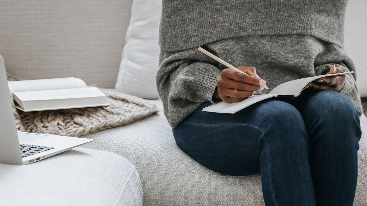 woman_writing_sofa