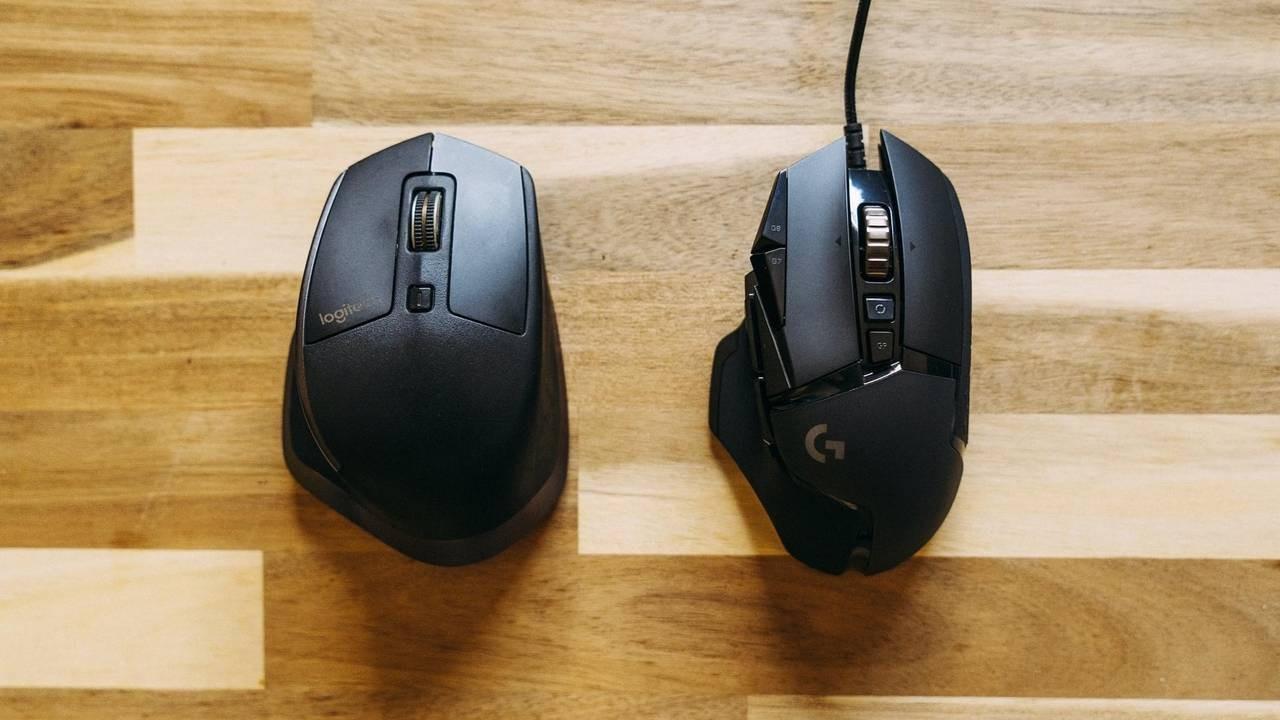 Immagine rappresentante due mouse affiancati su un tavolo di legno