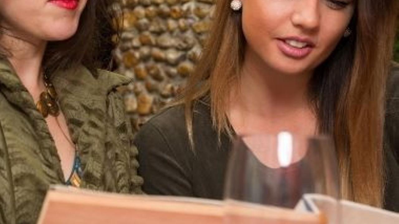 Ragazze che leggono un menù al ristorante