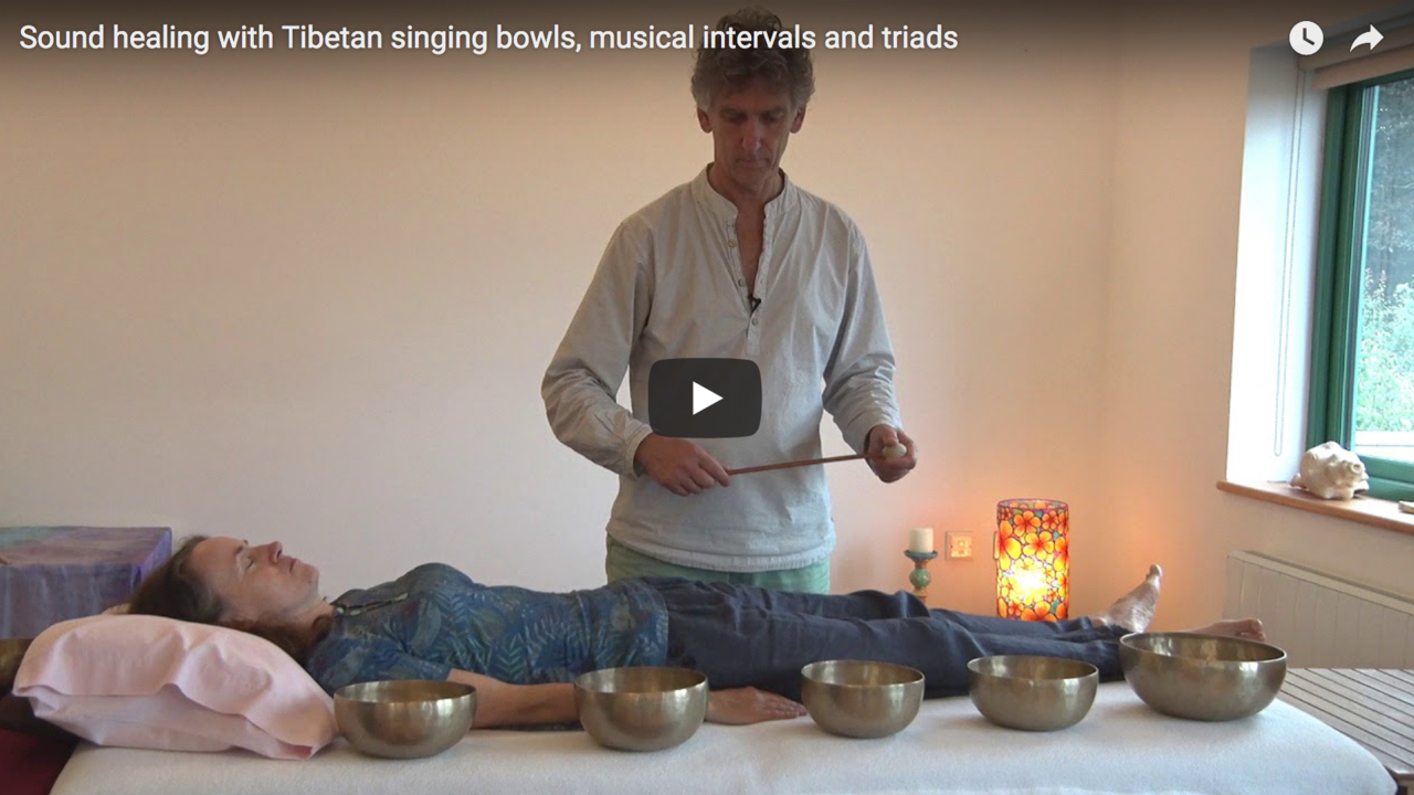 Sound healing with Tibetan singing bowls, musical intervals and triads