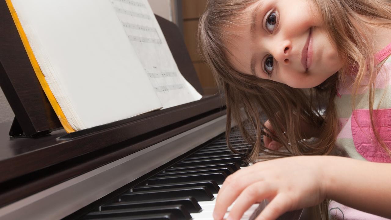 Vk9evhyerzefui2w16oe smiling girl piano