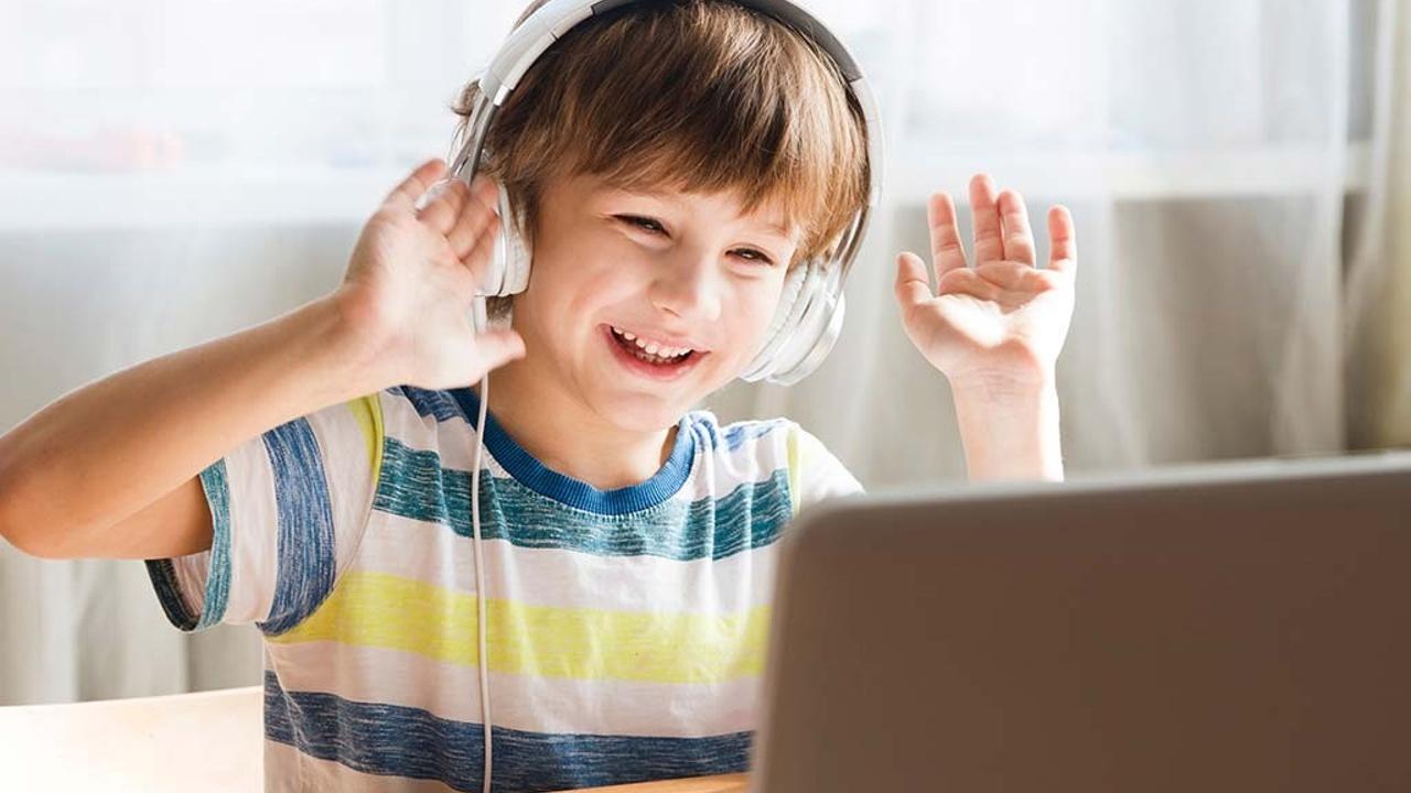 Dkodqtxgslglx9gheuje kid with headphones