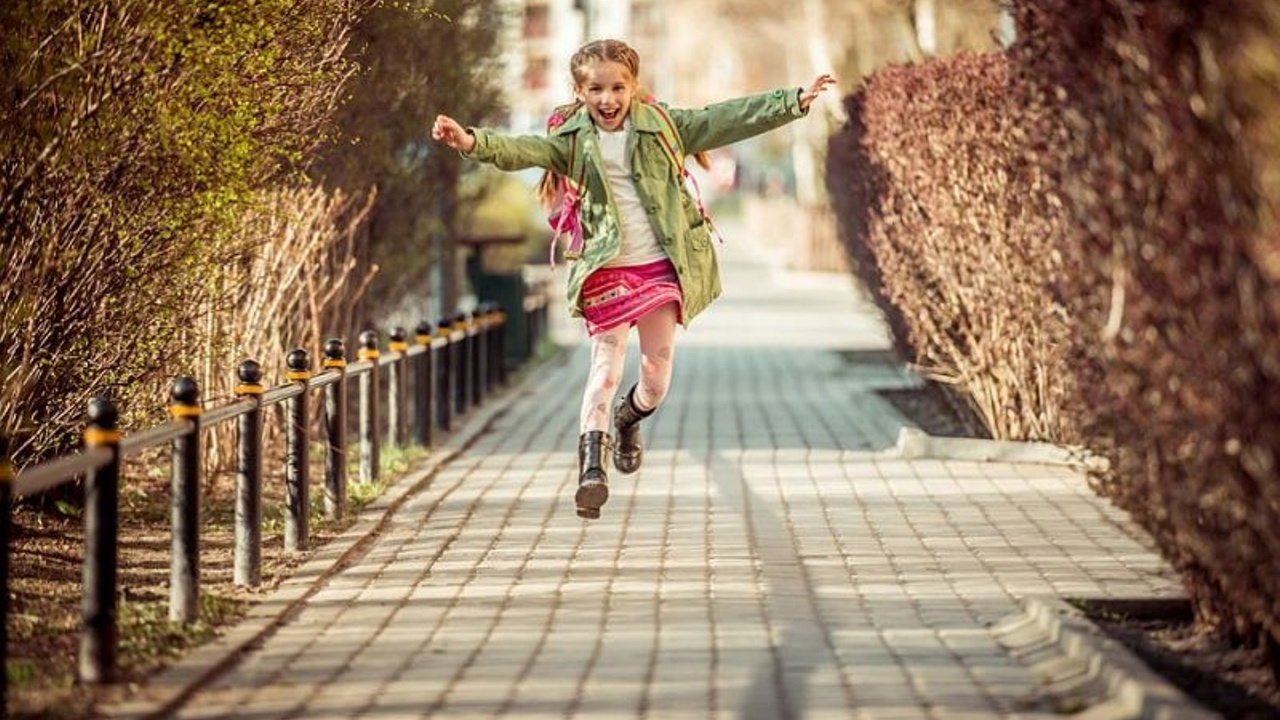 Eolaqwsjmuqlacnudvpq kid walking on street