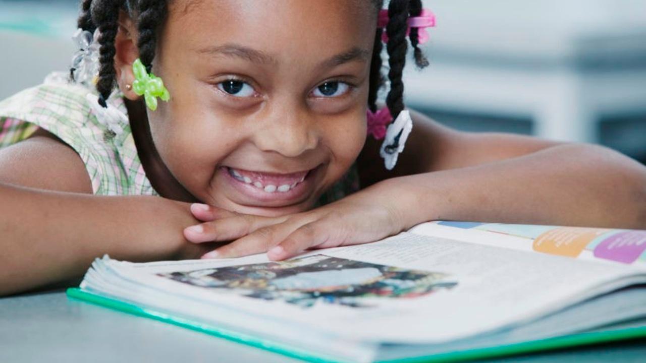 Zuuokcyqbq3g6w0stdr4 kid smile on book