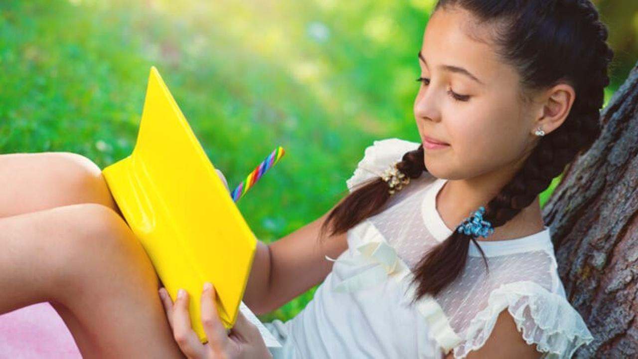 Skvb2kpdrnmgareb4lpb kid reading by tree