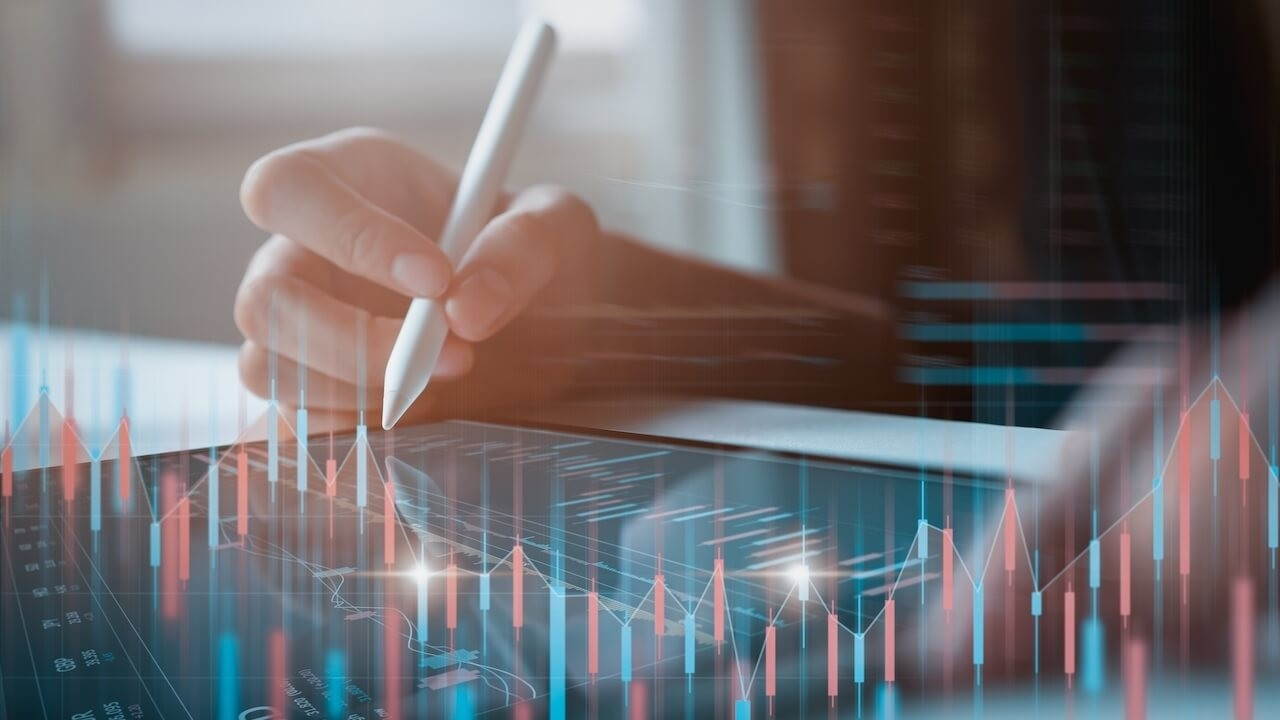 Dwtwhu6wsbudz42zaczl stock exchange market concept businessman trader looking on tablet with graphs analysis candle line t20 orpgdk 1280x720 1