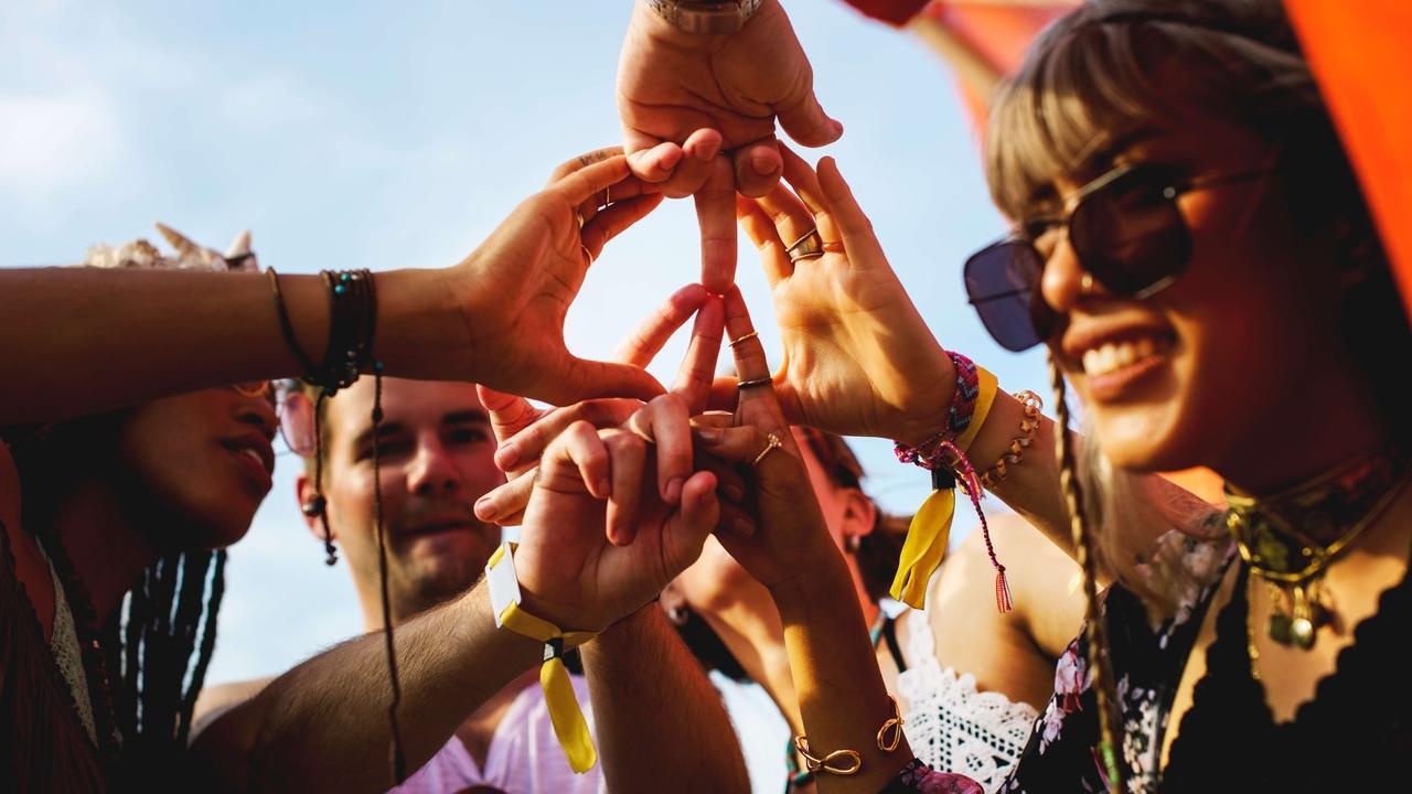 Gw35jvelq2cpl0qsoshr friends making hands as peace sign together p7svecv 1