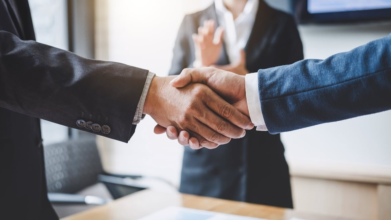 Td6bwlius02qaut9dtma finishing up a meeting business shaking hands after discussing good deal of trading to sign agreement t20 zv0lnb 1280x720 1