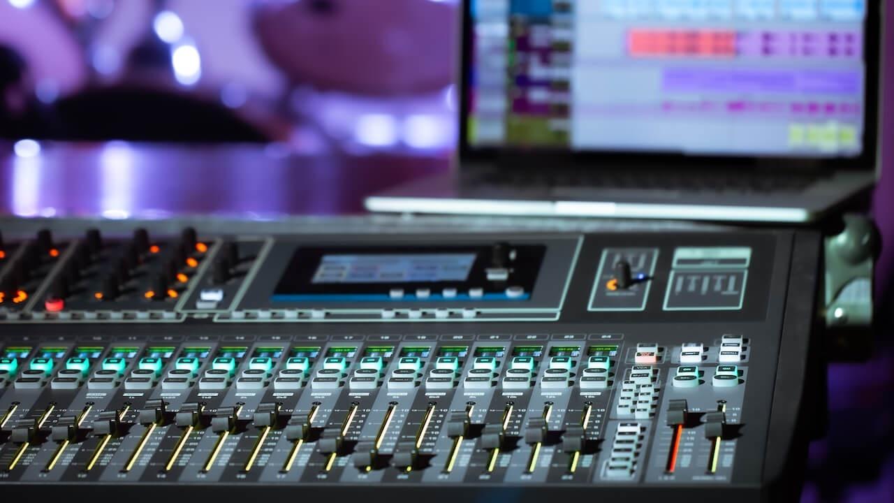 Ncwnpueoq0yq51sundir digital mixer in a recording studio with a compute qy7a6p5 1280x720 1
