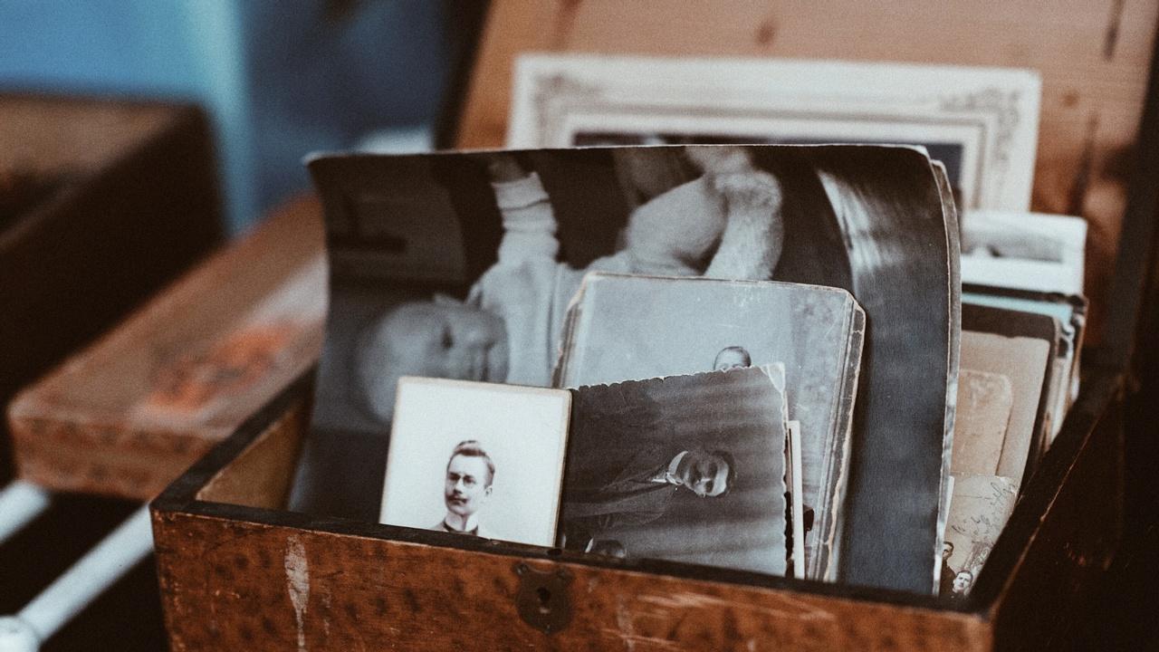 Kaldzimgqxkfjxdahput antique box old photos