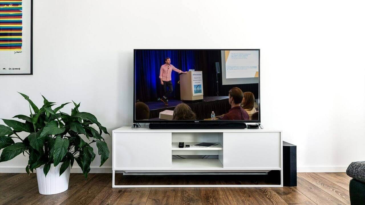 Yhlhng1yruinyetnjxis television screen showing conference