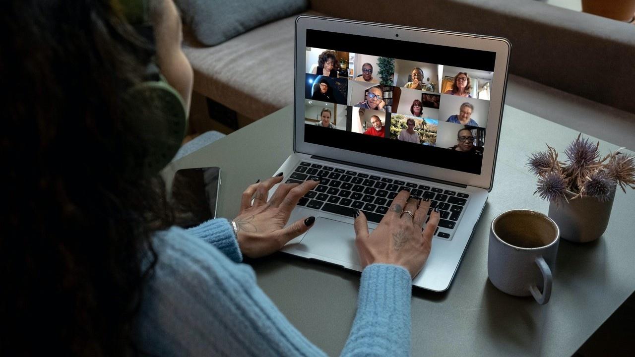 Hprhbcgtqhcsdkttt3jq woman viewing online class