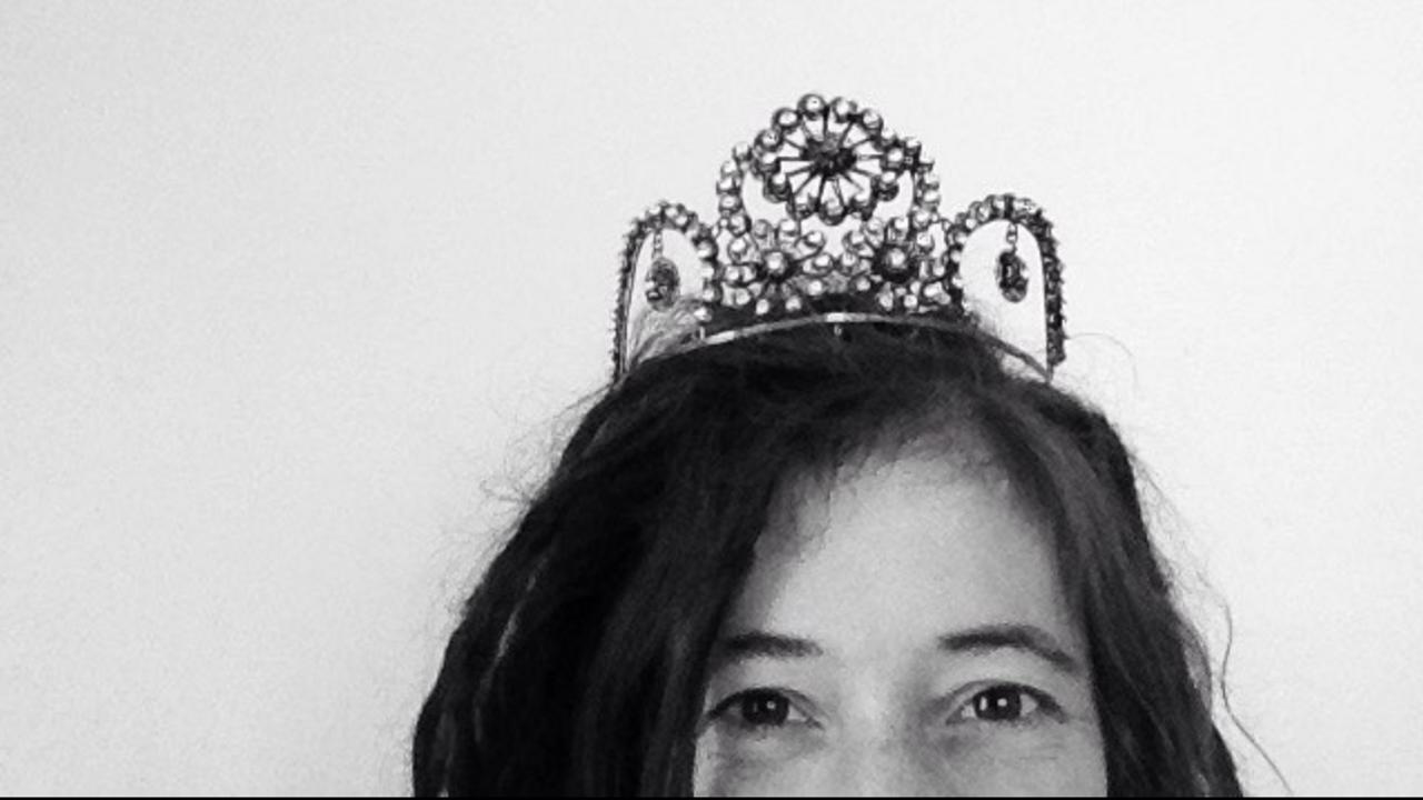 Omxlulqpt5goqx5lehux emily with crown